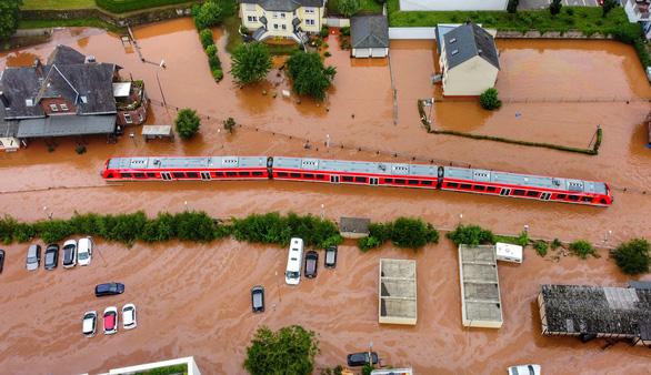 Chùm ảnh mưa lũ lớn trăm năm có một ở châu Âu khiến ít nhất 110 người chết - ảnh 1