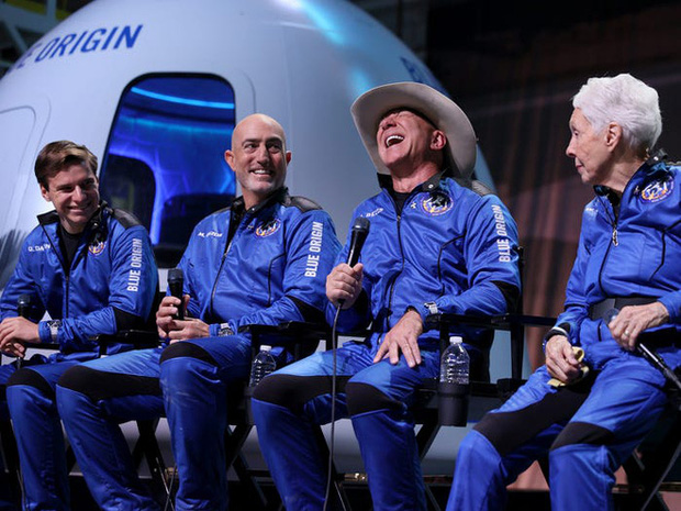 """Jeff Bezos cảm ơn công nhân của Amazon vì """"đã trả tiền"""" cho chuyến bay vào vũ trụ của mình"""