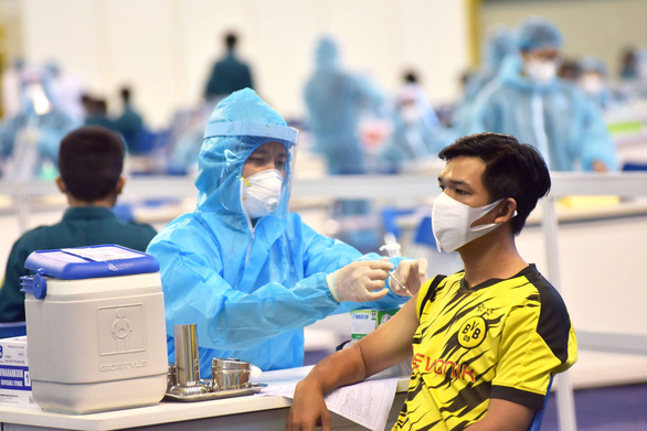 Nhiều bệnh viện quận, huyện ở TP.HCM bắt đầu tiêm ngừa vắc xin phòng COVID-19 đợt 5 - ảnh 1