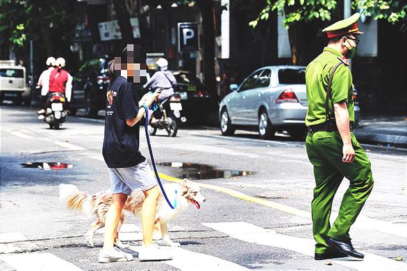 Dắt chó đi vệ sinh ngày đầu Hà Nội giãn cách, cô gái bị phạt 2 triệu - ảnh 1