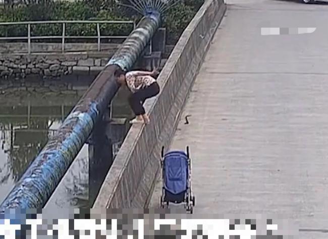 Người phụ nữ đẩy con lên cầu rồi nhảy xuống sông tự tử, hành động cuối trước khi nhảy của cô khiến nhiều người đau xót