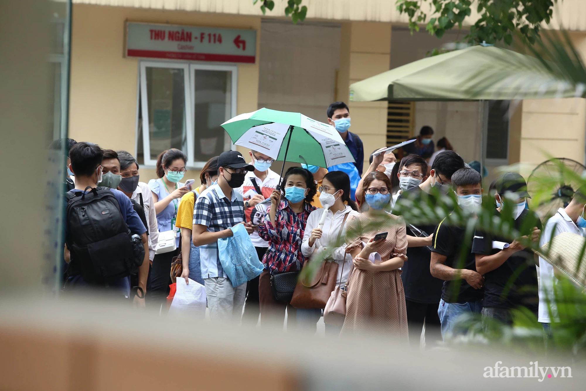 Bí thư Hà Nội chỉ đạo nóng: Dừng ngay điểm tiêm vaccine tại Bệnh viện E do tập trung đông người - ảnh 1