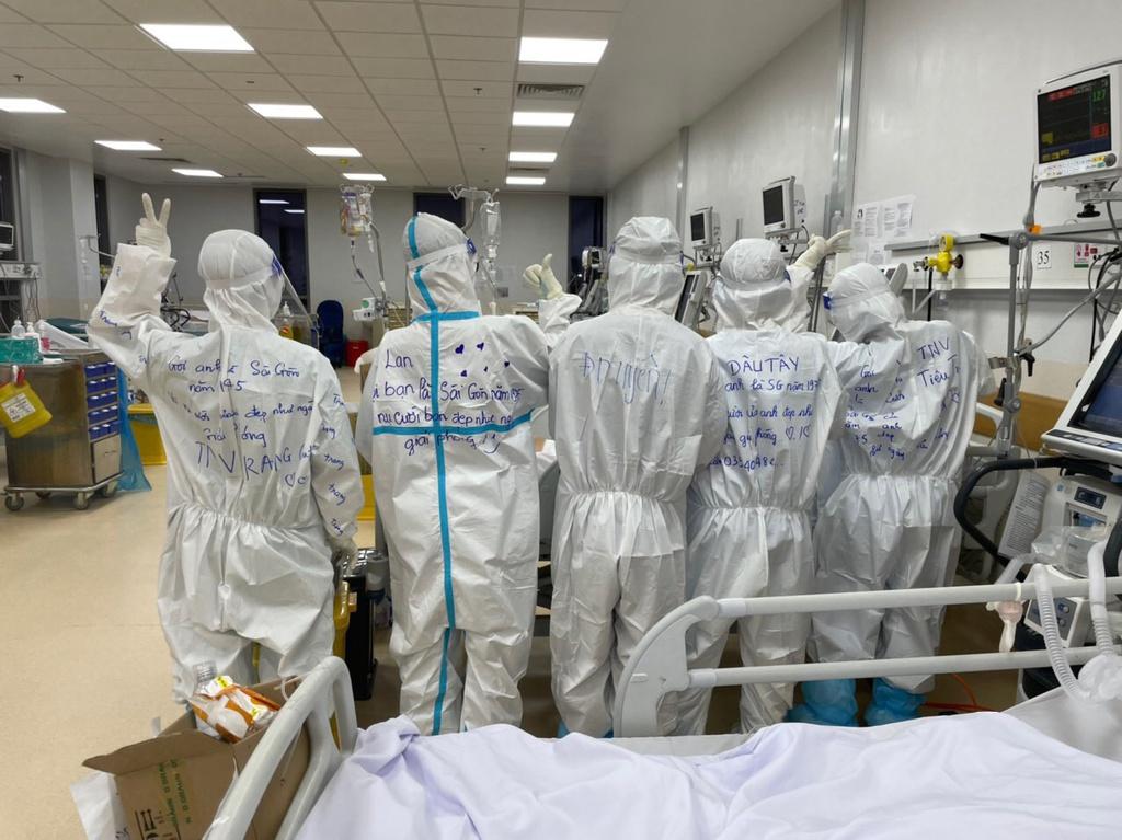 """5 cô gái """"xuống tóc"""" tình nguyện vào bệnh viện dã chiến điều trị Covid-19"""