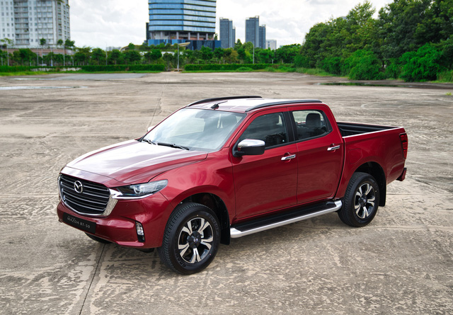 Rẻ nhất phân khúc, Mazda BT-50 2021 hơn thua trang bị thế nào với Ranger, Hilux, Triton và Navara?