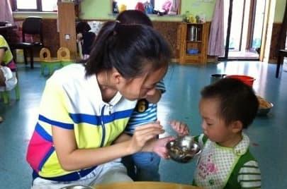 Bé gái 7 tuổi bị đau đầu 6 ngày liên tục nhưng bệnh viện không tìm ra nguyên nhân, cuối cùng bé gái đã nói ra sự thật trong nước mắt