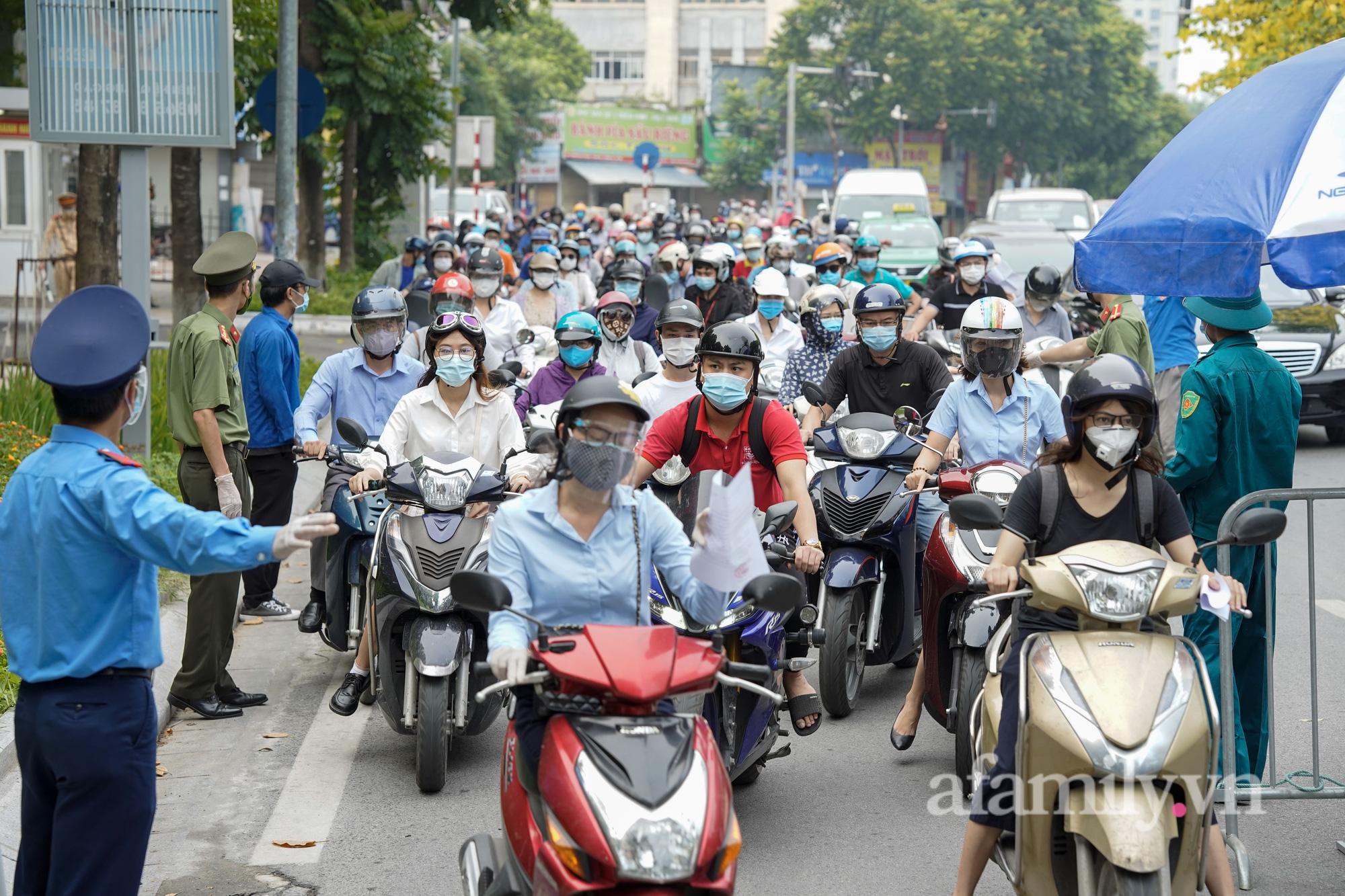 Hà Nội: Ùn ứ tại chốt kiểm soát trong ngày đầu siết chặt việc cấp và sử dụng Giấy đi đường