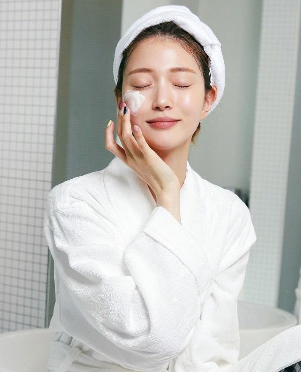 Những lỗi thoa kem dưỡng ẩm khiến da tiết nhiều dầu, nổi mụn