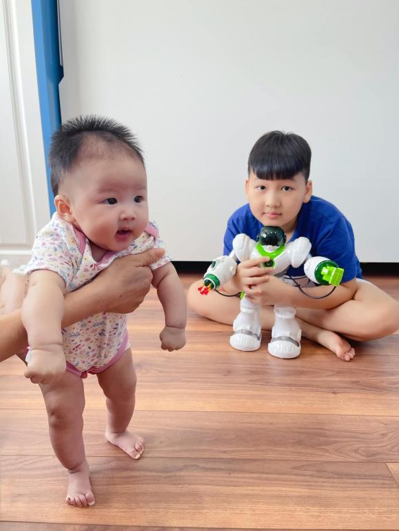 """Bảo Thanh khoe ảnh hai con giống nhau y đúc, lại """"lầy lội"""" hỏi dân mạng: """"Tìm điểm khác nhau"""""""