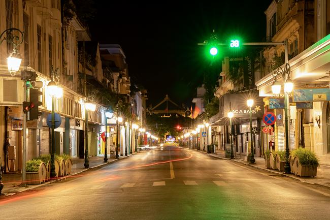 Chuyên gia nói về tình hình dịch COVID-19 tại Hà Nội trong thời gian giãn cách xã hội: Chiến lược chống dịch của thành phố vẫn đang hiệu quả