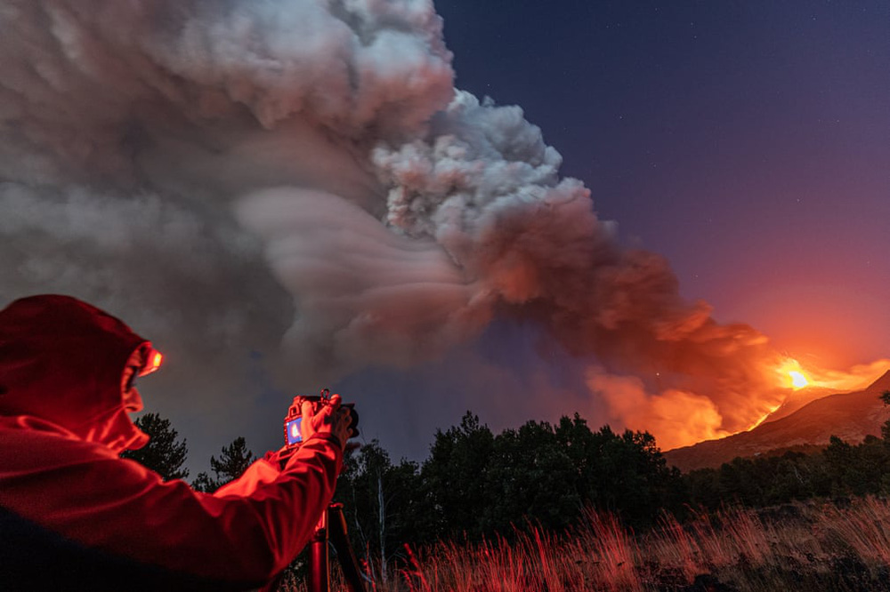 24h qua ảnh: Máy bay cứu hỏa thả nước chữa cháy rừng