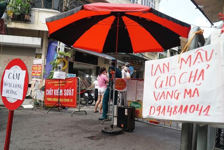 Hà Nội: Tiểu thương đặt biển bán hàng kín chốt kiểm soát và cái kết không ngờ
