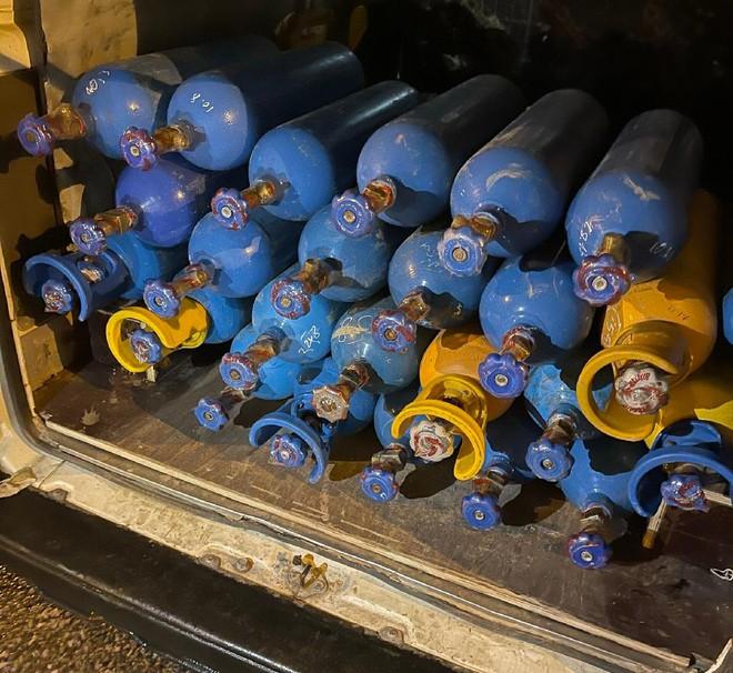 Phát hiện 25 bình khí N20 trên xe ôtô định qua chốt vào trung tâm Hà Nội