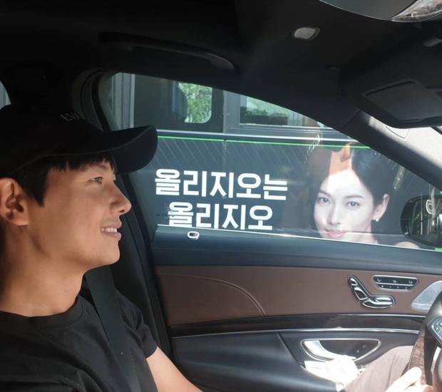 Đi đường bỗng thấy ảnh bà xã Kim So Yeon trên poster Penthouse, tài tử Lee Sang Woo làm gì mà bị gắn mác nghiện vợ thế này?
