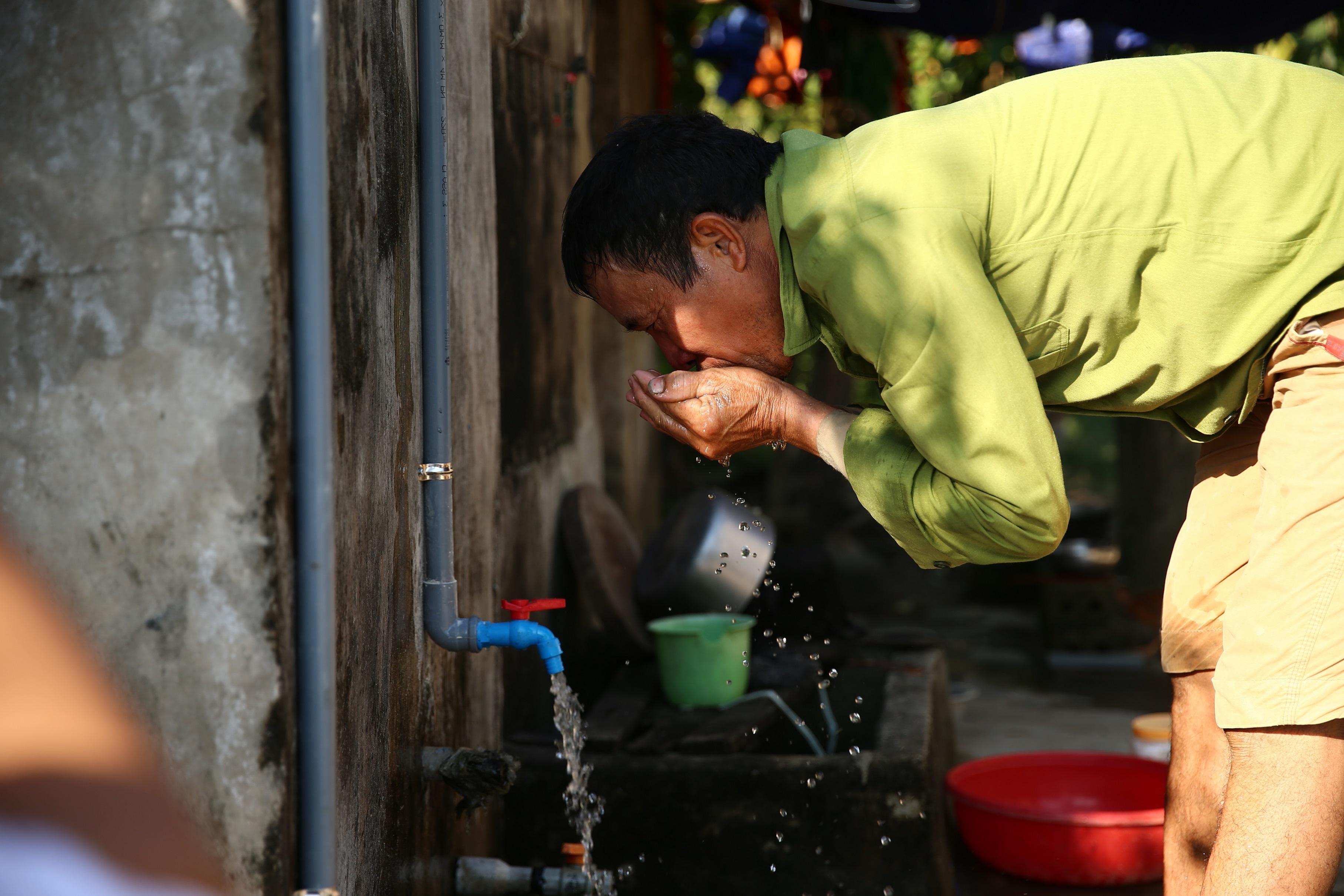 Xem xét giảm giá nước sạch cho dân