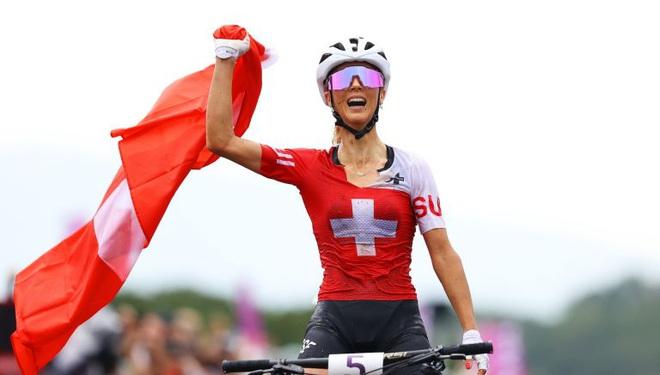 """Nhan sắc """"bóng hồng xe đạp"""" mang vinh quang về cho Thụy Sĩ"""