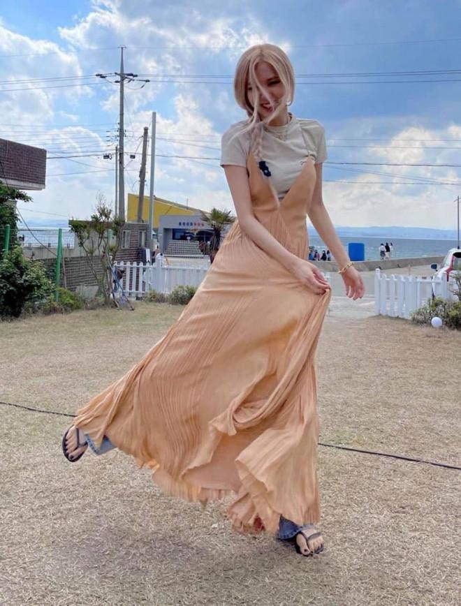 """Rosé dạo này đích thị là """"nữ thần váy maxi"""", phối đồ cao tay lại còn chỉnh sửa cực khéo"""