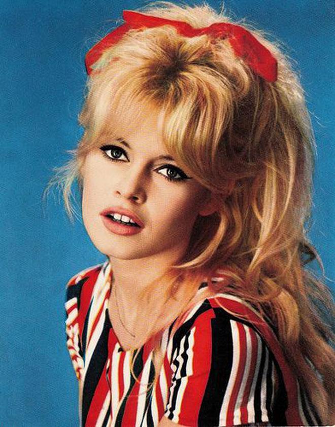 """3 cô đào nóng bỏng nhất nhì Pháp, Ý và Mỹ: Brigitte Bardot như búp bê sống, Monica Bellucci khoe vòng 1 """"bức thở"""", Sharon Stone kín đáo bất ngờ"""