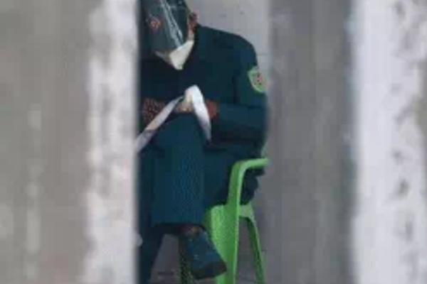 """Anh dân quân ngồi thêu tranh chữ thập gây """"bão"""" khắp MXH"""