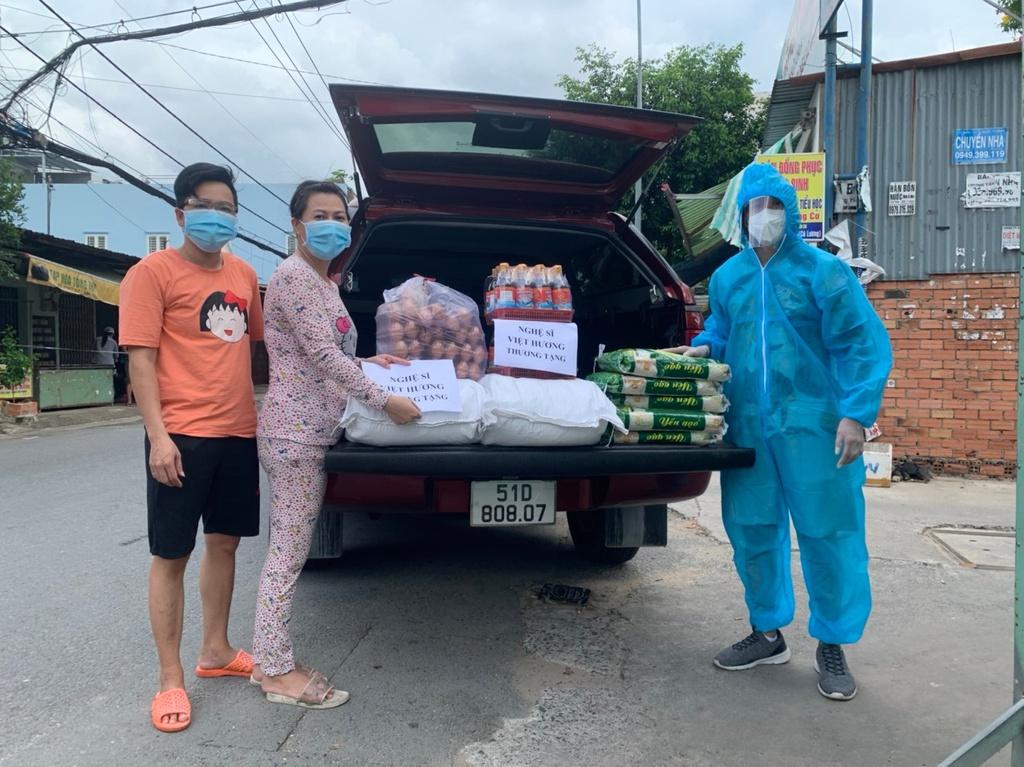 Quỳnh Trần JP gửi 500kg gạo nhờ Việt Hương trao cho người nghèo mùa dịch
