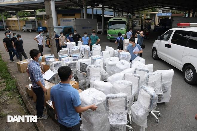 """Chuyến tàu """"đặc biệt"""" chuyển hàng trăm thiết bị y tế vào TPHCM"""