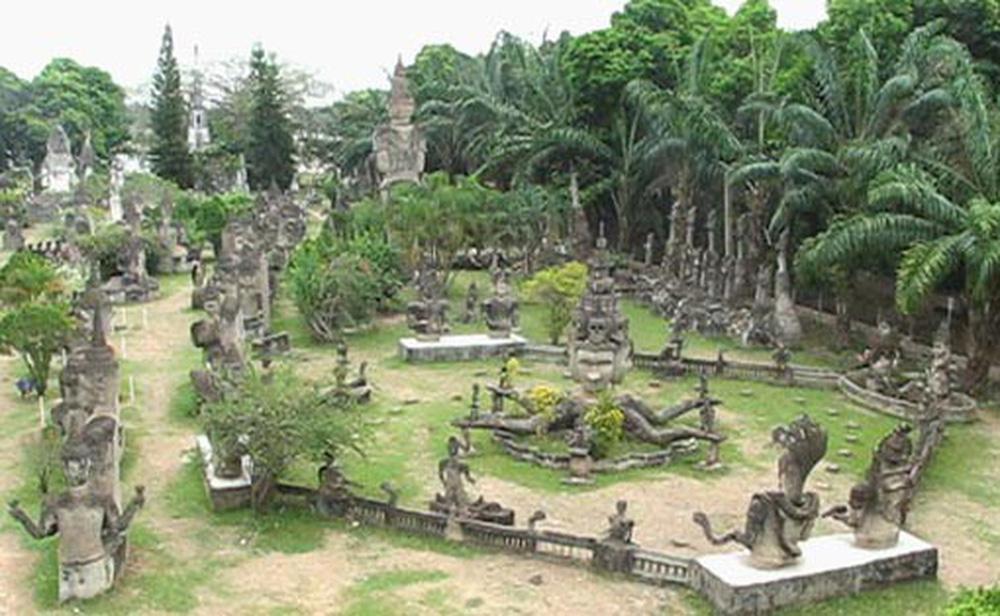 """Di tích kỳ lạ của một """"phù thủy điêu khắc"""": Không có chánh điện thờ Phật, nhiều bức tượng khiến người xem lạnh gáy"""