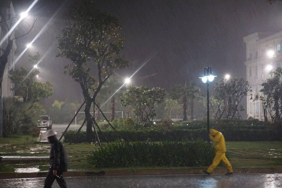 Miền Bắc và miền Nam hứng mưa lớn, cảnh báo lũ quét, sạt lở đất