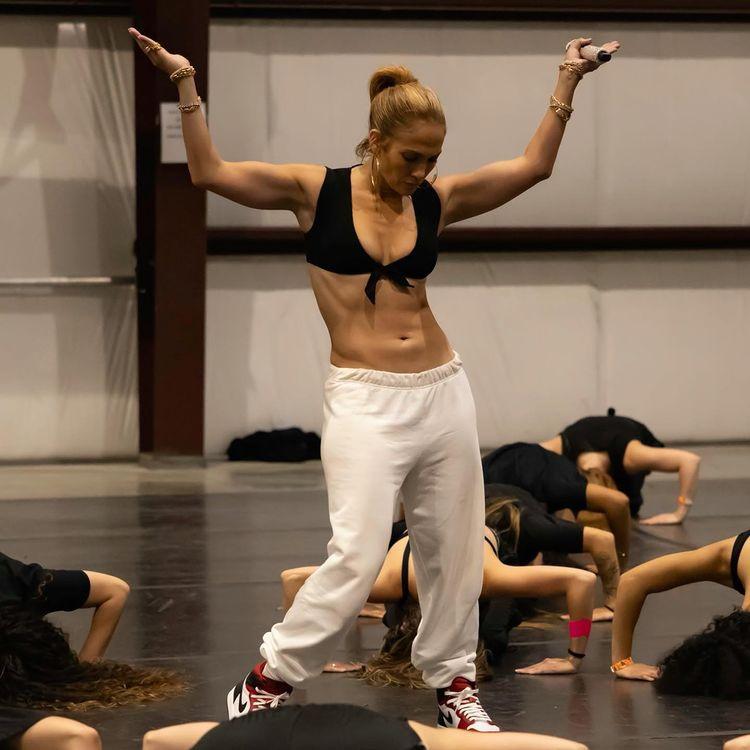 Cách Demi Moore, Jennifer Lopez giữ dáng sau tuổi 50