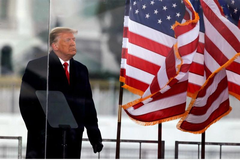 """Ông Trump hứng """"đòn tấn công"""" kép"""