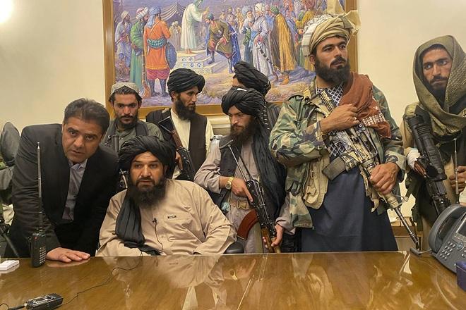Tổng thống Afghanistan tháo chạy chỉ kịp xỏ dép, mang quần áo