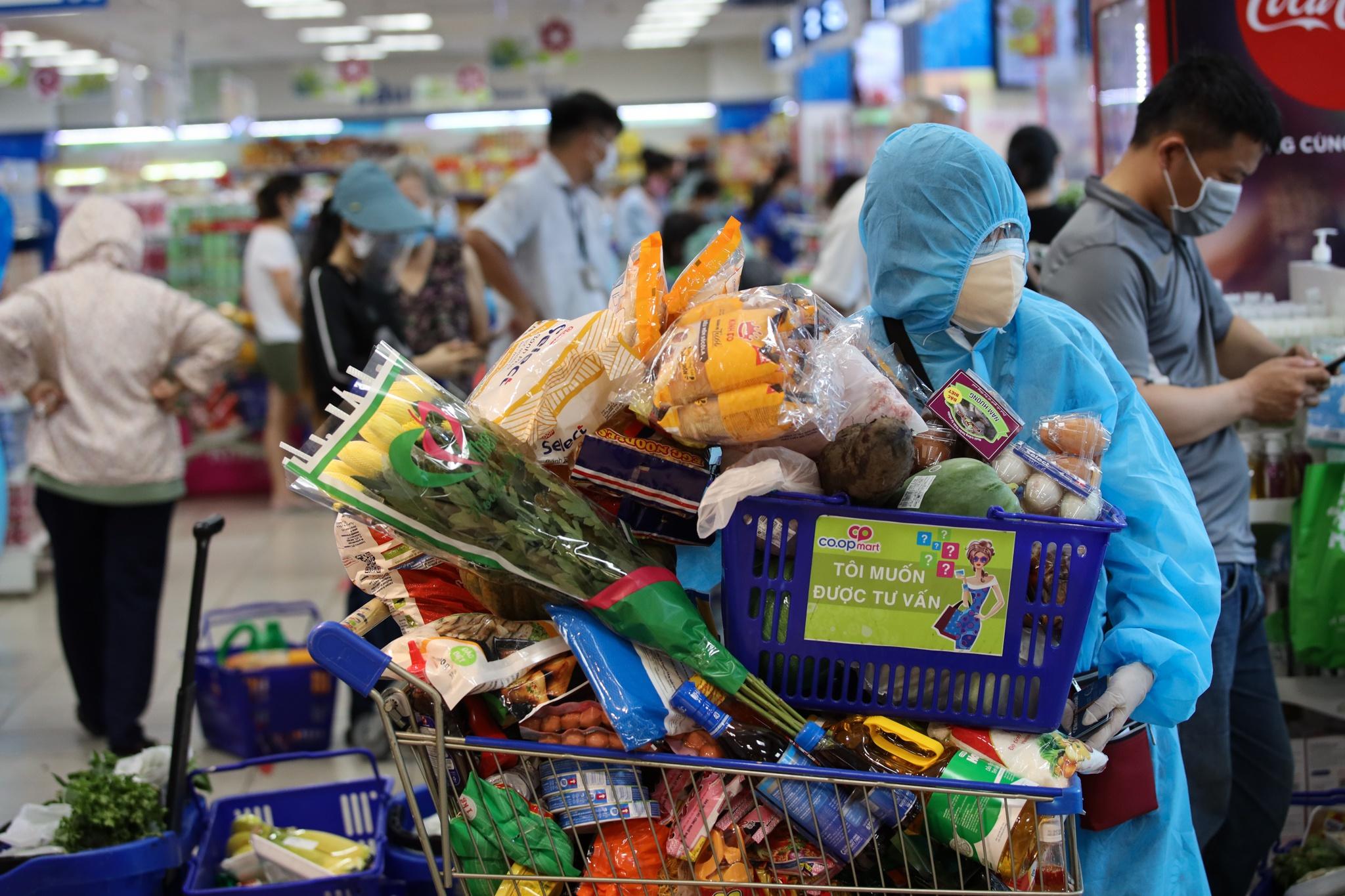 Người dân TP.HCM vội vã đi mua thực phẩm dự trữ