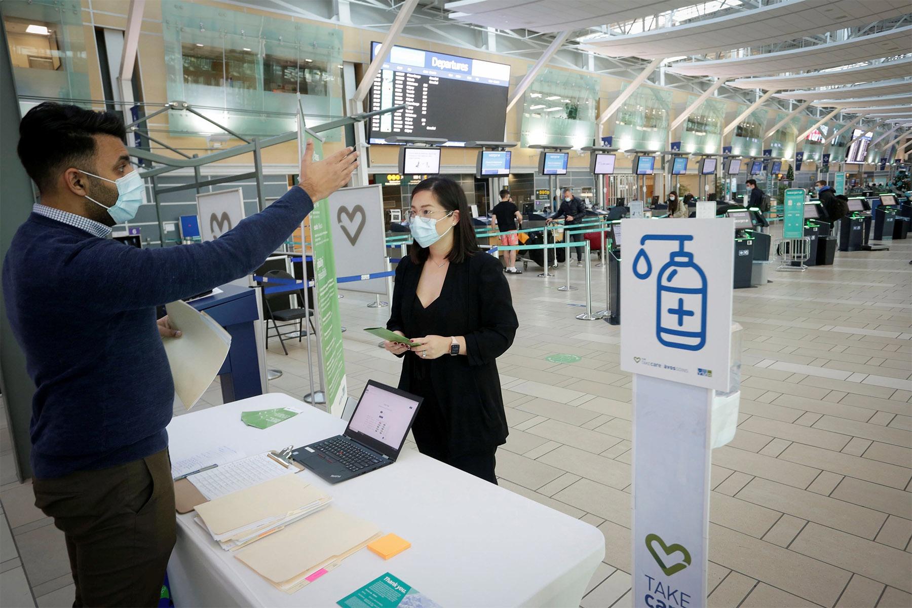Du khách Canada bị phạt 20.000 USD vì khai gian thông tin tiêm chủng