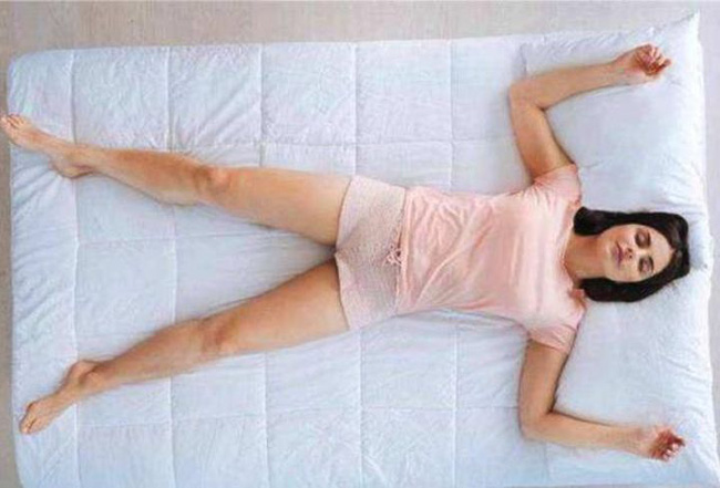 Phụ nữ khi ngủ, kiên trì giữ tư thế này sẽ giúp giảm cân, ngừa bệnh phụ khoa và cải thiện giấc ngủ