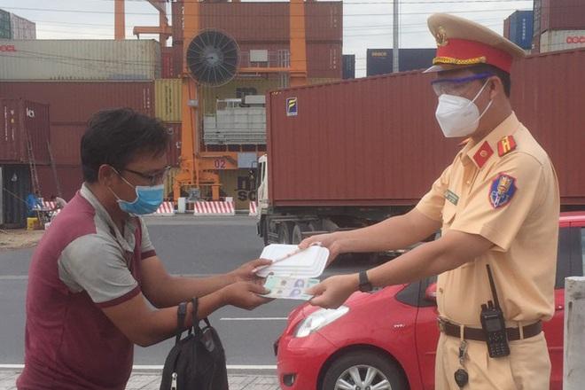 Người đàn ông đi bộ từ Bình Định về Bình Dương thăm con bị bệnh