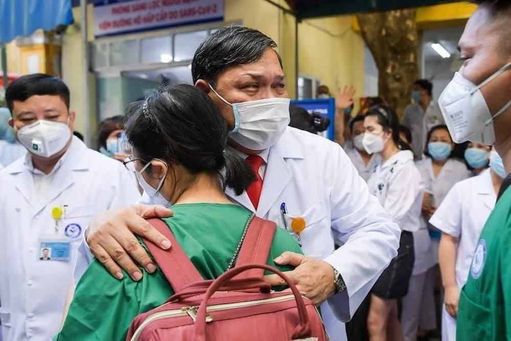 """Bức ảnh bác sĩ Trần Danh Cường khóc nức nở chia tay học trò: Khi người đàn ông nổi tiếng """"đanh đá"""" phải rơi lệ"""