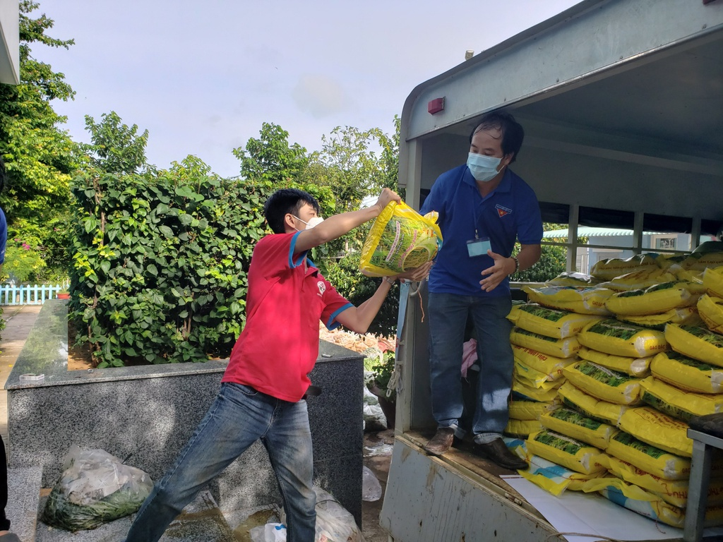 """Tuổi trẻ Bình Thuận trao 300 suất quà """"san sẻ yêu thương với người dân xa xứ"""""""