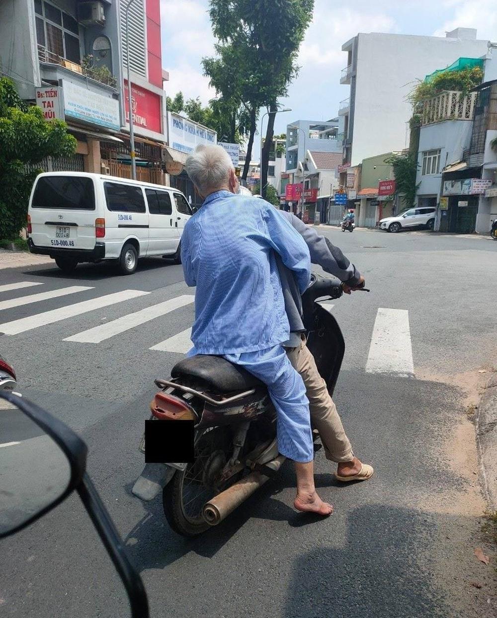 Chở cha già từ viện về nhà, sự luống cuống bất lực của con trai khiến người đi đường Sài Gòn phải dừng lại