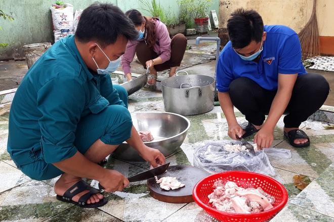 Nam đoàn viên vừa trực chốt vừa vào bếp nấu cơm hỗ trợ tuyến đầu chống dịch