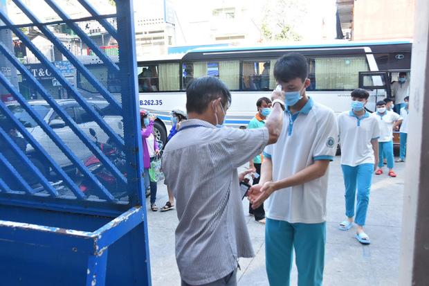TP.HCM lên kế hoạch hẹn phụ huynh đến trường nhận SGK