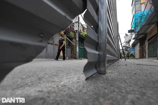 """Hà Nội: """"Bức tường"""" 200 m chia đôi con đường để… phòng dịch bị dỡ bỏ"""