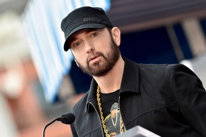 Rapper Eminem sử dụng bài hát trong album mới để xin lỗi Rihanna vì đã từng ủng hộ Chris Brown