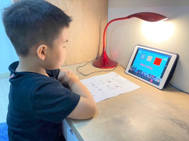 Vừa vào đầu cấp 1 con đã phải học online, cha mẹ lưu ý điều này để con học tập tốt
