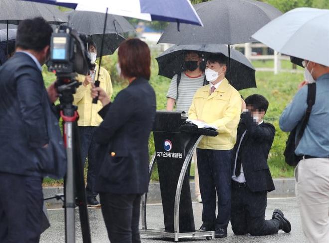 Thứ trưởng Hàn Quốc hứng chỉ trích vì để trợ lý quỳ gối che ô