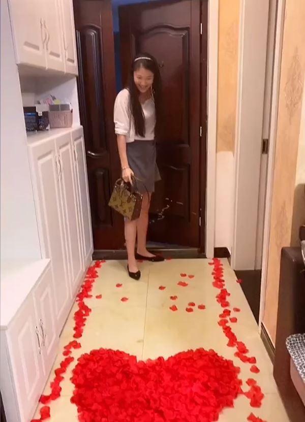 Chồng chào đón bằng hoa hồng, vợ hạnh phúc cho đến khi vào bếp - ảnh 1