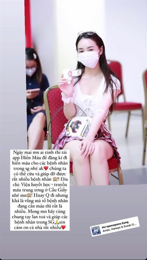 """Quỳnh Kool diện váy ngắn cũn, """"trễ nải"""" vòng 1 khi đi hiến máu"""