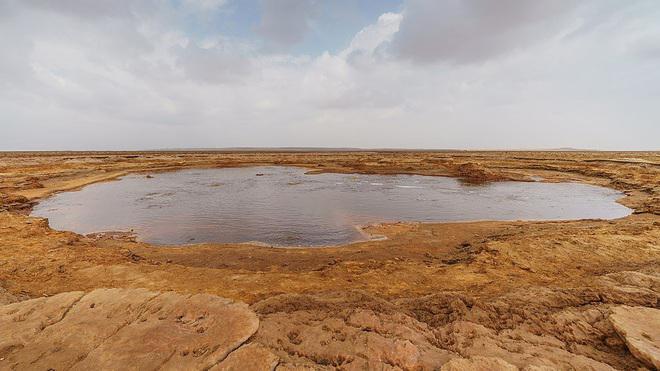 Bí ẩn về hồ nước nhờn như dầu mỡ, không ai dám tới gần - ảnh 1