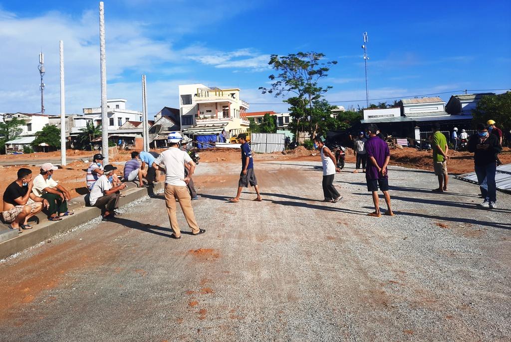 Người dân kéo tới tận công trường phản đối Dự án khu phố chợ gây ngập úng