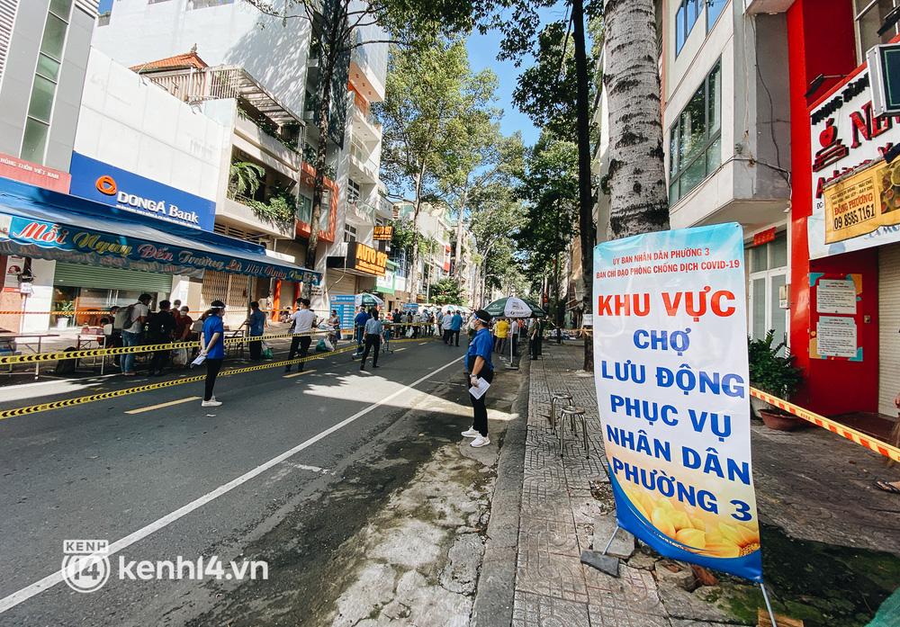 TP.HCM lần đầu họp chợ trên đường phố, người dân phấn khởi đi mua thực phẩm giá bình dân - ảnh 1