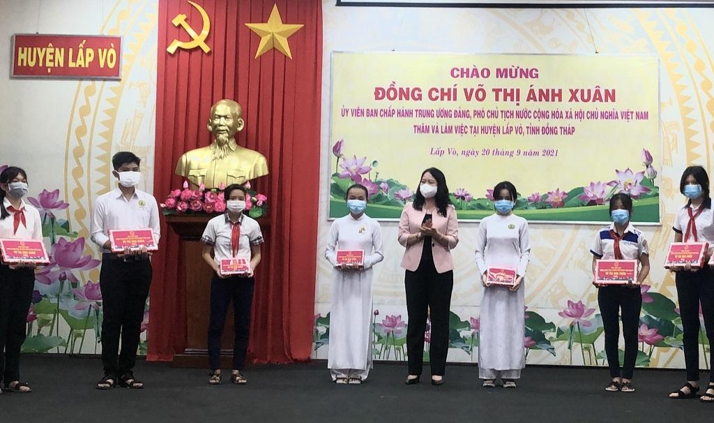 Phó Chủ tịch nước Võ Thị Ánh Xuân tặng quà trung thu cho trẻ em có hoàn cảnh khó khăn
