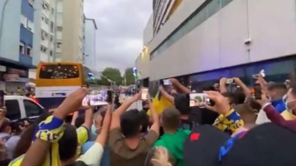 """""""Messi đâu rồi?"""", người hâm mộ Cadiz chà đạp nỗi đau của Barca"""