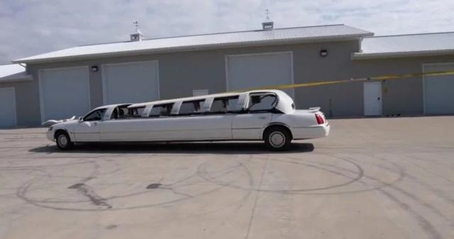 """Đây là cách độ limousine mui trần """"đơn giản"""" chưa từng thấy: Dùng đá phá kính, buộc mui xe vào thân cây"""